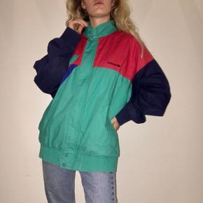 Cool vintage Adidas jakke. Kan ikke helt se hvilken str den oprindeligt er, men tænker den passer Xs-M (jeg er selv en Xs/S)