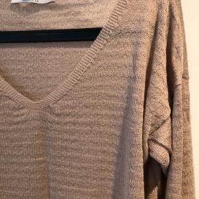 Lækker tynd bluse / strik fra Aiayu  Mærket er desværre klippet ud, men i lækkert tynd strikket kvalitet og svare til str L  Super fin med en skjorte indenunder  Farven er beige - let rosa/Nude