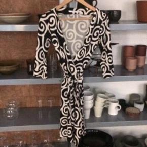 Diane von Furstenberg silkekjole i super smukt print.