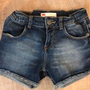 Super smarte shorts fra Levis. Står som nye.