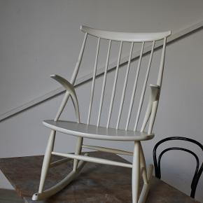 Smuk gyngestol designet af Illum Wikkelsø i 1958 for Eilersen. IW3.  Mindre afskalninger. Ellers flot stand.  Se evt mine andre annoncer for mere dansk design. Levering på strækningen Århus-KBH, samt hele Fyn.  Vintage. Retro.