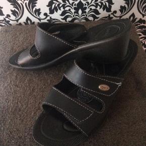 Meget fin sandal med velcrolukning.