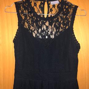 Gallakjole i sort fra Vero Moda str. Xs. Kjolen er blevet brugt en gang i få timer på en aften! Så den er som ny!  NP: 400,- Mp: 150,-   Skriv for mere information eller billeder   OBS - køber betaler fragt