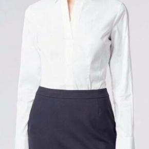 SPAR 650 KR.  Lækker figursyet skjorte fra Hugo Boss.  Der er ingen knapper - kun en enkelt øverst. Der er lynlås i siderne.  Nypris: 1.100 Sælges for: 500  Det er str. 36, men svarer til en str. 38, da det er en tysk størrelse.  ___  An essential blouse featuring darted seams and concealed side zips for a flattering fit. Featuring a signature staple detail at the back collar, the slim-fit design has long sleeves and a covered front placket for a clean finish. Part of the BOSS Womenswear Fundamentals collection, a capsule of modern business essentials that will form the essence of your tailored wardrobe for years to come.