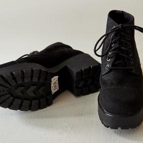 Støvler/støvletter med chunky hæl og snører fra Vagabond. Str. 39. Sorte.  Brugt én gang, fremstår som nye, prismærkerne sidder stadig under sålen.  Nypris: 699,-