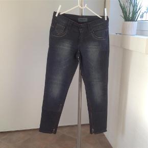 Varetype: Jeans i cool vask med detaljer Størrelse: 30 Farve: Blå Oprindelig købspris: 800 kr.  Lækre jeans i str 30/32 - fede detaljer så gør et kup.  Sælges til bud fra 300,- pp