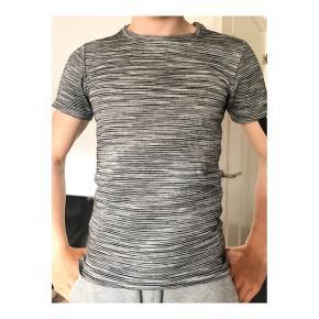 Just junkies T-shirt i en mega lækker kvalitet. Sælges da den er blevet for lille. Prisen er ikke fast, så BYD gerne!!