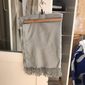 2 meter langt blå/grå tørklæde og ca 70 cm bred. Utrolig dejlig blødt. KRADSER IKKE!