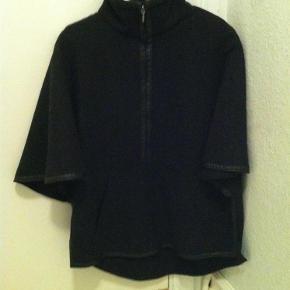 69d2d6f8f71 Varetype: Rigtig fin poncho Farve: Sort/grå Rigtig fin poncho jakke i  uldblanding. Zara Overtøj