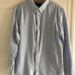 Slim fit skjorte i lyseblå.  Str. er XL men svarer til L.