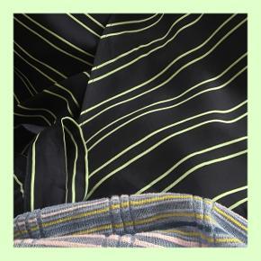 🌌🗽🌌🗽🌌🗽🌌🗽🌌🗽🌌🗽🌌🗽🌌  MINT-GRØN OG MØRKEBLÅ STRIBET SLÅ-OM NEDERDEL  - Den går mig til under knæene (177cm)  - Stoffet er lidt silke agtigt  Skriv gerne for flere billeder:)  BYYYYYYYYD!