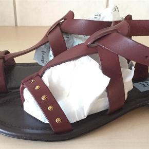 Varetype: Sandaler Farve: Vino Oprindelig købspris: 1399 kr. Prisen angivet er inklusiv forsendelse.  Smukke sandaler fra Apair, sendes i tilhørende æske.