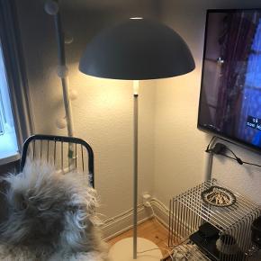 Super fin gulvlampe med lysdæmper fra en gammel Ikea kollektion. Minder lidt om panthella lampen, hvilket var derfor jeg købte den i sin tid. Den fungerer upåklageligt, har lidt små ridser, men ikke noget man ser. Den vejer godt i det og er super lækker og klassisk lampe.