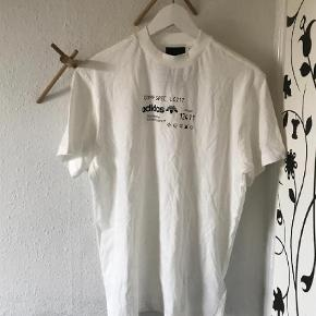 Varetype: T-shirt Farve: Hvid Oprindelig købspris: 800 kr.