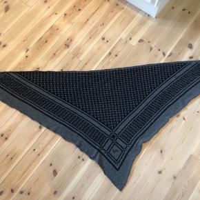 Sælger dette meget fine Lala Berlin Tørklæde - Triangle Trinity Classic M Lubecca M (Darkgrey) for min mor. Det fejler intet og er brugt minimalt. Nypris: 2.700 kr. købt i Huset Pico i Aalborg.  Kun seriøse bud modtages.