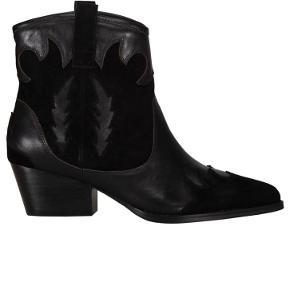 Brugt 1 gang   De lækreste støvler fra Sofie Schnoor i cool cowboy look. Støvlerne er i en blanding af ruskind og almindelig skind.  Materiale: Læder & Ruskind Hælhøjde: 5,5 cm  Tags; vagabond, tamaris, bianco, aldo, pavement, gabor, zara