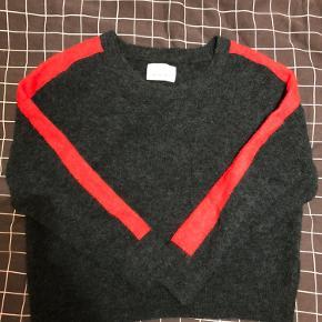 Nor o-n sweater i medium. Super smuk grøn farve med en fræk rød Stribe på ærmerne.