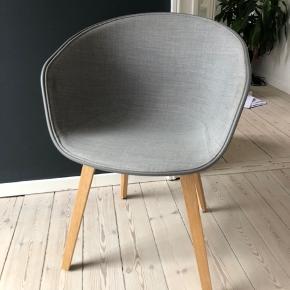 Grå Hay stol, About a chair model AAC22 med forpolstring. Svage mærker på betrækket indvendigt, men ellers i god stand. Ny pris omkring 2600.