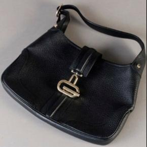 Taske fra Gucci i tykt læder, light Gold hardware.   Naturligvis ægte med serienr.  Mål: 21 x 32cm  Ny og ubrugt