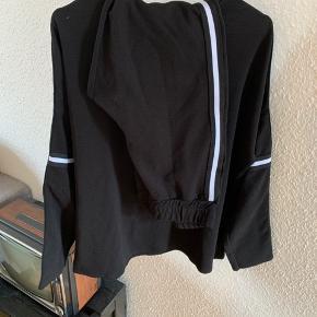 Fint sæt, bluse str. XL og bukser str. L. Jeg er en str. xs og har brugt det som oversize afslapningssæt. Svarer til str. L i både bluse og bukser.