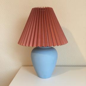 Smuk blå lampe 💙 måler 25 cm // pris 310 kr. obs lampeskærmen medfølger ikke, men kan tilkøbes