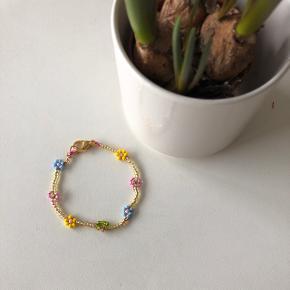 Perle armbånd guld med farvede blomster 💮 Prisen er inkl Porto