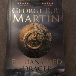 Den femte bog i game of thrones serien på dansk og i paperback :) har et lille knæk på omslaget, øverst til højre som kan ses på det første billede, ellers er den i perfekt stand