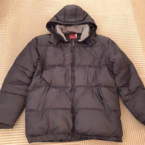 Blend sort meget tyk vinterdynejakke str XL med aftagelig hætte.  Brystmål ca 135 cm. Måler over skulderne 120 cm. Længde ca 80 cm.