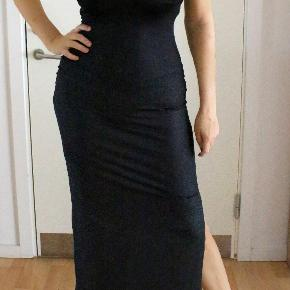 Elegant lang sort kjole i str. S/M fra Salsa. Aldrig brugt. Fejler intet. Kjolens længde: 140 cm. Har en 50 cm lang slids i venstre side.  Oprindelig købspris: 899 kr. Sælges nu for 265 kr. Kan sendes med sporbar post til 38 kr eller afhentes på Amager nær Amagerbro metro.