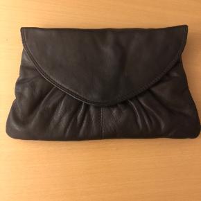 Fin clutch. Er brugt, men har ikke nogen slidmærker i læderet og fin stand. Mørkebrun.