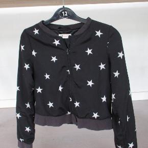 Bomberjakke fra H&M str 11-12 år.  Jakken er i 2 lag, i sort med hvide stjerne på.  Se også mine flere end 100 annoncer med bla. dame-herre-børne og fodtøj