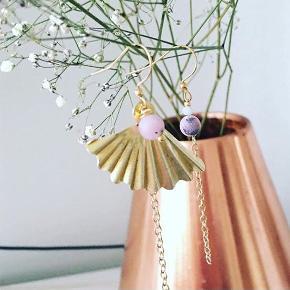 Ørering, Ny, med prismærke. Nørrebro - Unikaøreringe???? 125 kr. pr. Par. Jeg bruger så vidt muligt genbrugsmaterialer i mine smykker? IG ITSJULIE_cph Ved køb af smykke eller hårbøjle , går der 10 kr. til @worldanimalprotectiondk ???? . . #Tilsalg #Sælges #Hårbøjle #Hårbøjler #Hårpynt #Genbrug