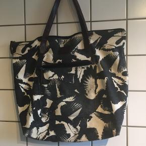 Adax weekendtaske med fuglemotiv og læderstropper.