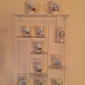 Matador glas og krus  Sælges samlet   Væg reolen kan købes ved side af hvis det har interesse .