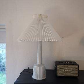 Bordlampe fra Lyngby Porcelæn I samarbejde med Le Klint. Modellen er den store model og står til omkring 4000 kr fra ny. H:67 Ø:45 cm