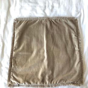 Sølv/grå pudebetræk til pyntepuder fra H&M Home 50x50. Det ene er med frynsekant i bomuldsblandet velour. Prisen er samlet for begge, men kan også sælges seperat
