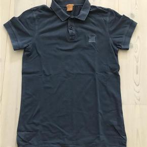 Boss Orange polo - Fed polo i vintage look. Peefekt til shorts, chinos og jeans.  Herre polo Farve: Blå Oprindelig købspris: 700 kr.