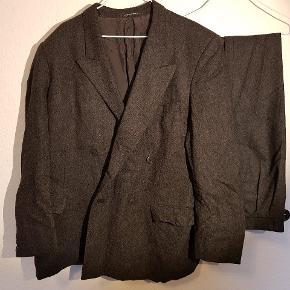 Vintage Yves Saint Laurent jakkesæt. Der er intet størrelsesmærke i - Jeg tror, den er lavet efter mål. Bukserne måler ca. 90 cm i livet. Tager gerne flere mål.