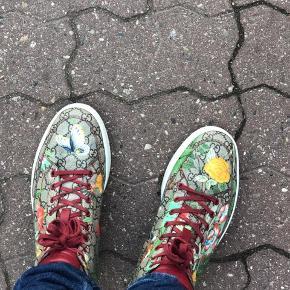 Sælger mine gucci sko da jeg ikke bruger dem længere de er brugt ca 10 gange snørebåndne er lidt slidt og en lille risse i sålen men ellers fejler de intet ikke noget man ligger mærke til ny pris 4200kr har ikke bon men tag skriv pb for mere.