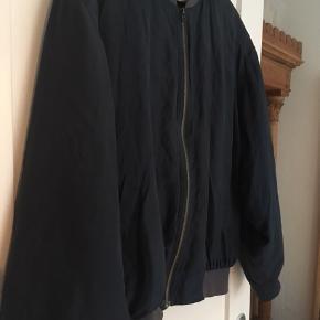 Flot bomber jakke fra genbrugsbutikken Prag. Kan bruges af alle køn. Er en str. 50, men er ikke meget stor. Den kostede 280 kr. Fra ny og den er kun et halvt år gammel. Jeg har selv en magen til og den er virkelig dejlig