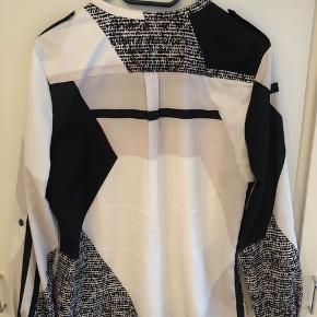 Skøn Calvin Klein skjorte købt i New York. 100% polyester❤️Ved forsendelse betaler køber fragt med DAO❤️