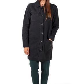 Modström denim jakke. Model Logan Stone Black. Brugt få gange. Jeg bruger normalt størrelse medium i tøj, men har valgt denne i størrelse xs for at få den til at sidde lidt mere tæt da den er oversized.