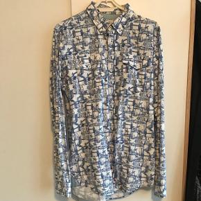 Sælger for min kæreste Pæn skjorte fra just junkies str L  Hvis og blå mønstret  Næsten ikke brugt