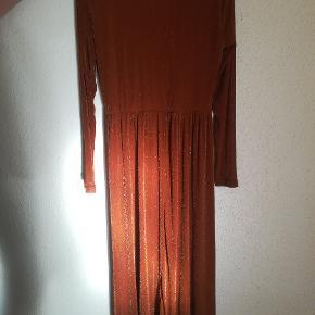 Skøn copenhagen. Kjolen har kun været brugt en gang. Så den er næsten som ny. Med glimmer effekt i stoffet. Mp. 165kr. Plus porto. Handler gerne med mobilepay.