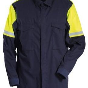 Helt nyt og ubrugt. Arbejdsskjorte fra Tranemo str large, har 4 tilbage.  Beskrivelse Metalfri og inherent flammehæmmende skjorte med høj synlighed i en let og behagelig kvalitet. Skjulte trykknapper i front. Brystlommer med klap.  Kvalitet 911: Cantex Pro 145, 160 g/m², Fluorescerende EN ISO 20471, LOI: 26,7%