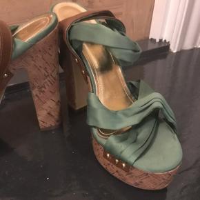Smukke, chunky hæle fra H&M. Købt for et par år siden og aldrig rigtig brugt siden.