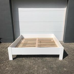 Hvidt sengestel/ramme i træ med lamelbund. Hertil to solide springmadrasser fra Comfort. Fejler ingenting. Og ingen ridser. Flere billeder kan fremsendes. Mål: 200x180