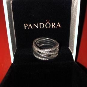 Den smukkeste Pandora-ring med flere lag og små diamantlignende sten. Str 52