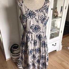 Sælger denne super fine kjole fra der Tyske mærke Hallhuber. Kjolen har lommer i siden og lynlås i ryggen. Nypris 1100  Mp 500kr pp