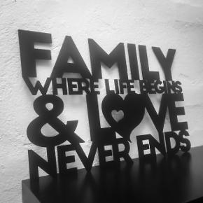 """Citatskilt udskåret i 2 mm stål og sortlakeret. Tekst: """"Family where life begins & love never ends""""  Skiltet kan ophænges i selve udskæring med 2 sorte søm, som medfølger. Ellers kan skiltet stilles op ad væg, hylde ell. lignende.  Bredde × højde: 45,5x30,5cm. 149 kr.7 69x46 cm. 259 kr.  Fragt pris: 29 kr u/omdeling ell. omdeling til erhvervsadresse. 48 kr m/omdeling til privat adresse."""